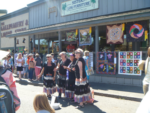 Oregon and sister's outdoor quilt show - amish patchwork tours
