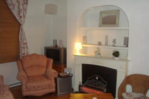 Pictures of Great location e1 short let house with a garden & parking space 3