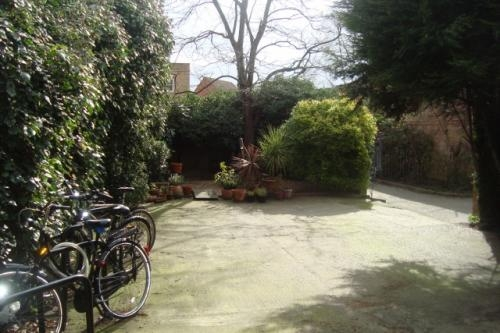 Pictures of Great location e1 short let house with a garden & parking space 2