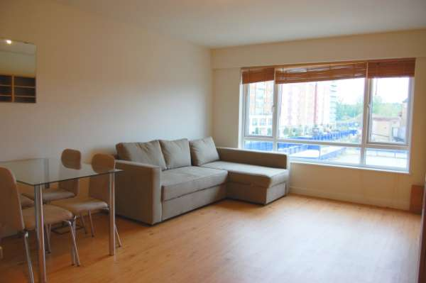 A gorgeous well proportioned studio flat available for rent in beaufort park, london