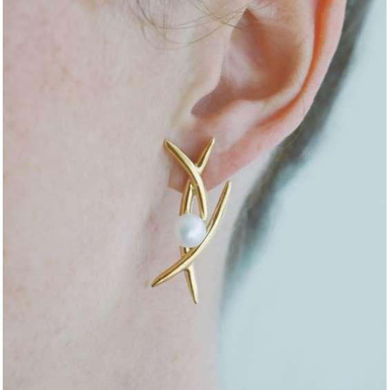 Silver pearl kiss earrings